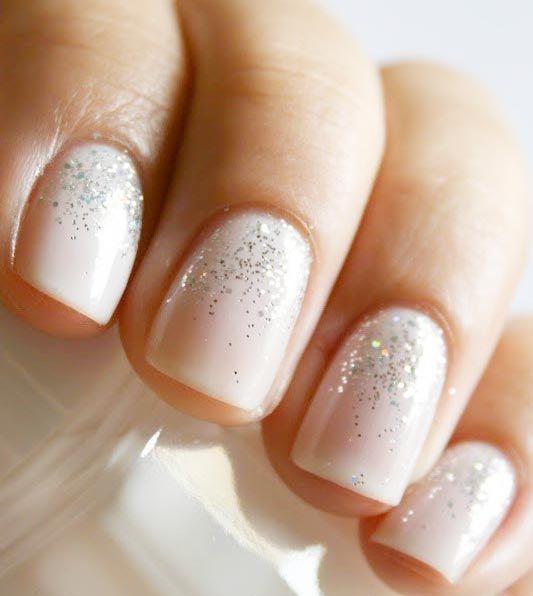 Desenhos de unhas artisticas para noivas - Para noivas mais discretas, um ombré de glitter mais delicado.
