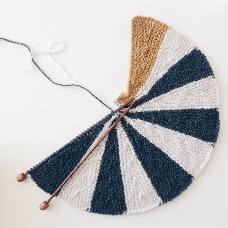 Opskrift på strikket pude. Opskriften er skrevet særligt til dig, der lige er begyndt at strikke - eller som aldrig har prøvet at strikke vendestrik før