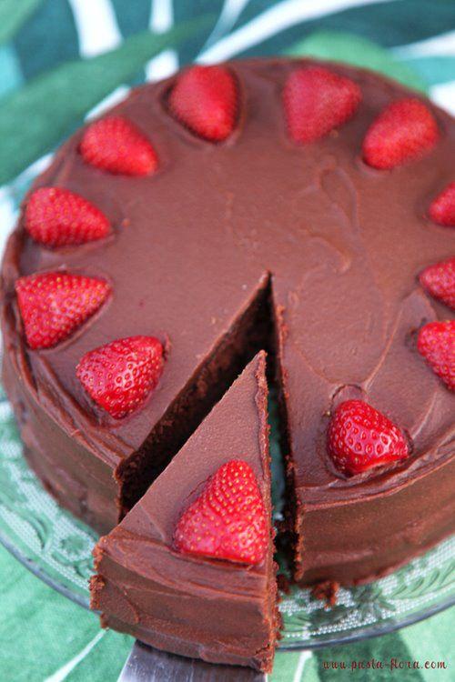 Μετά το αποψινό δείπνο, γλύκανε τον βαλεντίνο σου με το ερωτικό κέικ σοκολάτας με φράουλες..! #cake #strawberries #chocolate #chocolatecake