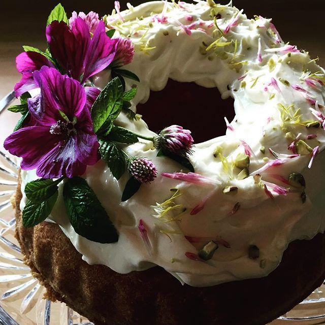 More cake please... #bundtcake #orangespongecake #edibleflowers #mallow #clover #dandilion #mint