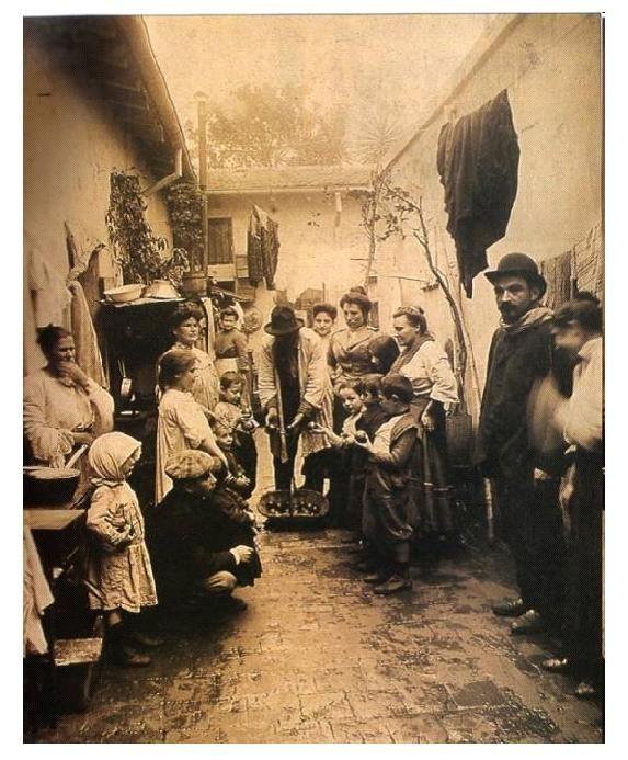 Patio de inmigrantes en Argentina, 1914.