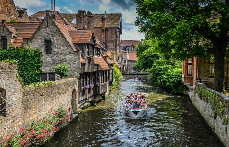 https://flic.kr/p/frK4Gs | Houses along a canal in  Bruges Belgium viewed near Church of Our Lady (Onze-Lieve-Vrouwekerk) | Houses along a canal in  Bruges Belgium viewed near Church of Our Lady (Onze-Lieve-Vrouwekerk)