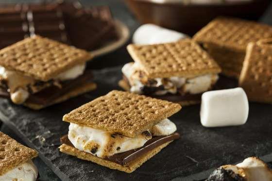 Ingredientes Bolacha tipo maisena ou leite Chocolate ao leite em barra Um saco de mashmallows branco... - Brent Hofacker - Fotolia.com