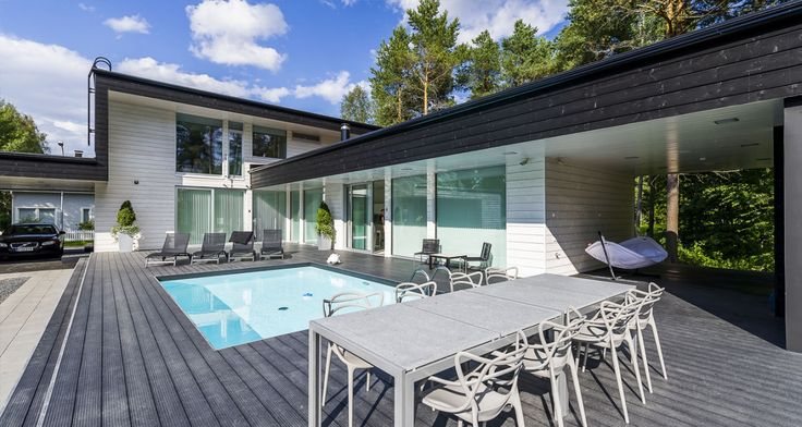 Individuelle finnische Fertighäuser in denen traditionelle Handwerkskunst und moderne Technologie zusammenfließen. Planen Sie mit uns Ihr einzigartiges Holzblockhaus!