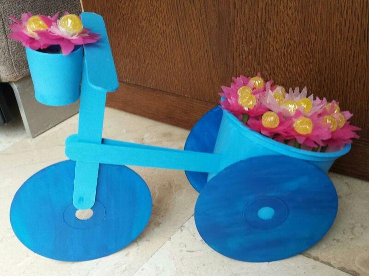 Bicicleta macetero con cd 39 s palitos de helado y un bote de pl stico de queso para untar - Bicicleta macetero ...