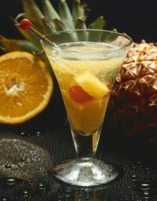 Ananas-Orangen-Bowle Rezept: Gläser,Orangen,Zitrone,Ananasstücke,Cocktailkirschen,Rum,Sekt