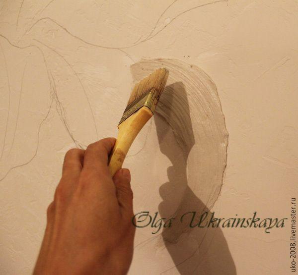В этом мастер-классе поделюсь опытом создания барельефа на стене. Давно хотелось попробовать что-нибудь масштабное и в пределах собственной квартиры. И не сбылось бы, если бы не ремонт :) Материалы: гипсовая шпатлевка; мастихин; плоская широкая кисть; белый акрил; акрил охра. Работа начинается, конечно же, с эскиза, который я сделала на бумаге формата А4. Но на стене формат явно больший.