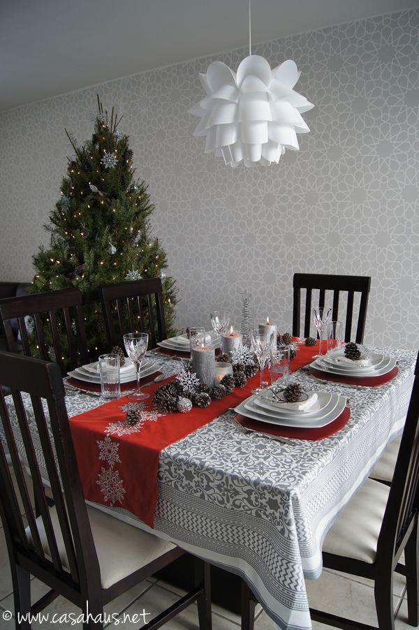 Christmas table in silver and red.  Mesa de Navidad en rojo y gris.