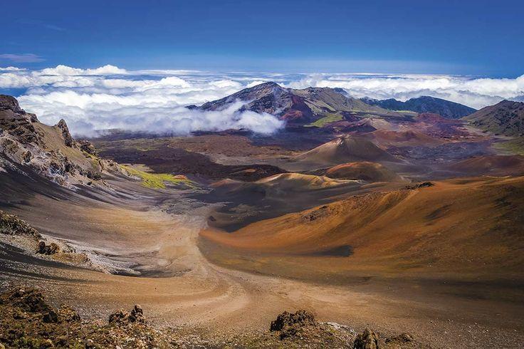 Una ruta asfaltada asciende hasta la cumbre del Haleakala (3.055 metros), en la isla de Maui. Su enorme caldera alberga numerosos conos volcánicos.