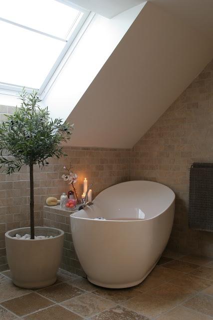 Hygge hjørne med flot design badekar. Se flere flotte badekar her http://www.spacenteret.dk/category/fritstaaende-badekar-8/