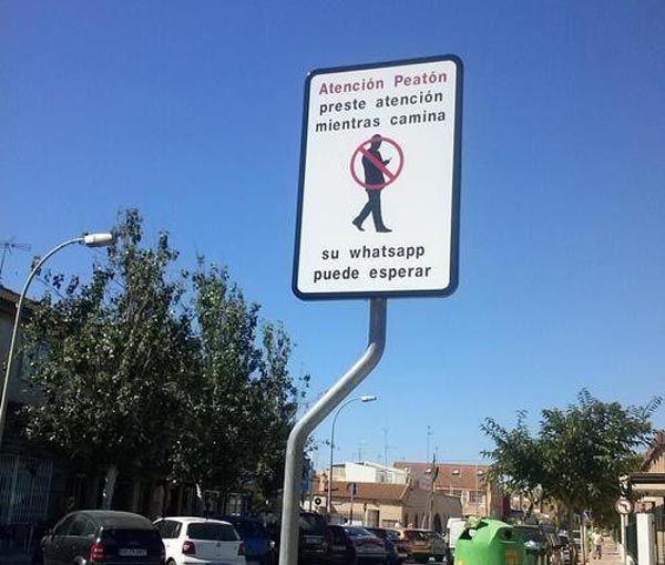 WhatsApp llega a las señales de tráfico para peatones