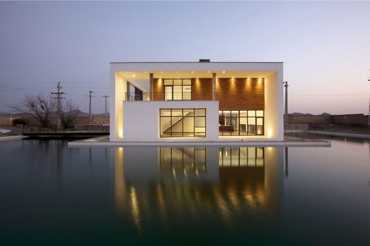 Une maison contemporaine iranienne comme posée au milieu d'une piscine