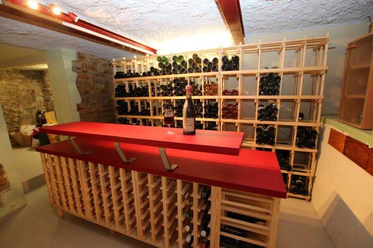 Casiers pour bouteilles, casier vin, cave à vin, rangement du vin, aménagement cave, casier bois, meuble en bois. Magnifique intégration de notre gamme Sing et Mag dans une cave particulière avec création d'un plan de travail bar.