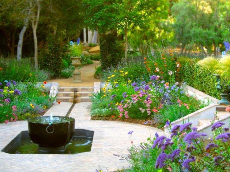 Gartengestaltung mit bunten Blumen und Springbrunnen