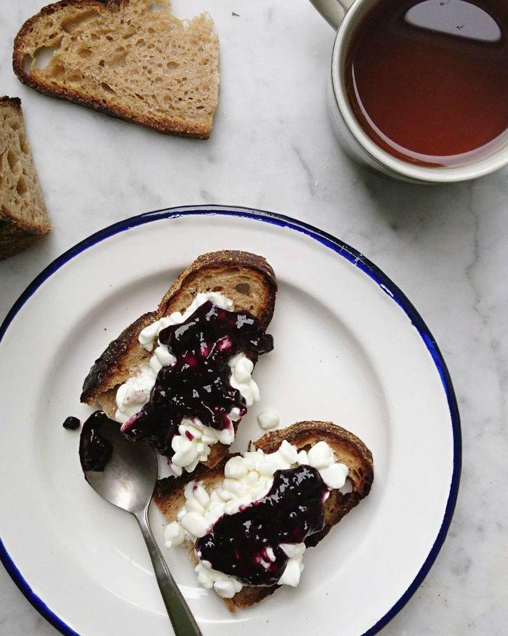 Home is where your breakfast is.  Good morning Monday 🍞🌞☕ Chlebem i białym serem. Dzień dobry poniedziałku #backhome #bread #sourdough #breakfast #tv_living #food #foodie #foodphoto #mintaeats #food52 #f52 #jam