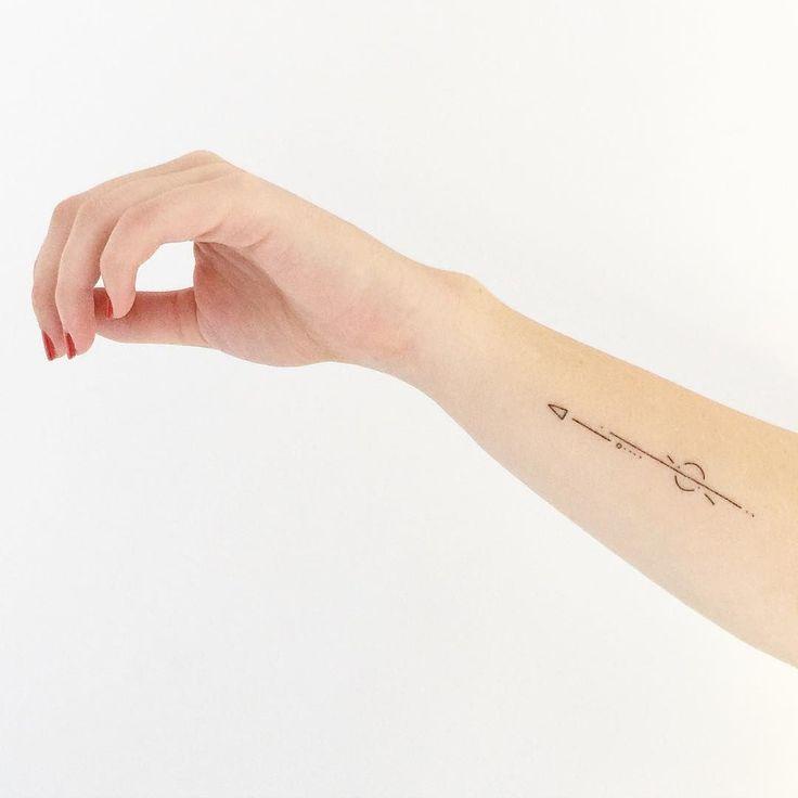 17 meilleures id es propos de fl che tatouages au - Idee tatouage poignet ...