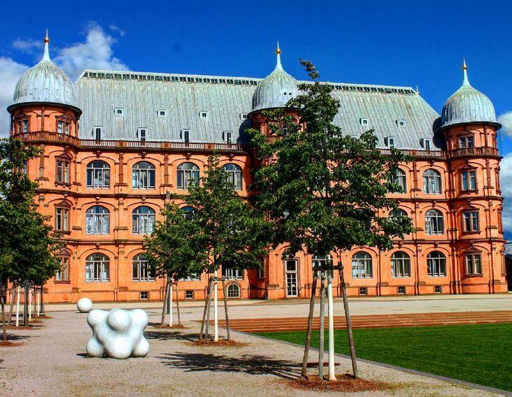 Großartiges Wetter heute und das soll die nächsten Tage auch so bleiben  was macht ihr um euch abzukühlen? #visitkarlsruhe #visitbawu #bwjetzt #karlsruhe #travel #travelblog #schloss #castle #hfm #instalike #instadaily #picture #bestoftheday #sun #bluesky #today #happy #cool #amazing #wednesday #building #architecture #architecturelovers #igersoftheday #igerskarlsruhe #germanytourism #visitgermany
