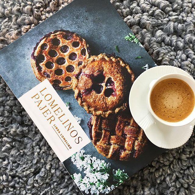 Måste bara tipsa om denna helt underbara bok från @linda_lomelino ❤Så vackra bilder och smarriga recept i den 👌🏻#lindalomelino #kokbok #nykokbok #lomelinospajer #royalcopenhagen #royalmedlemmer #royalemedlemmer #royalboligindretning #bobedre#nespresso #nespressomoments #cappuccino#bonnierfakta#hvidriflet#royalcopenhagenhvidriflet#whiteelements