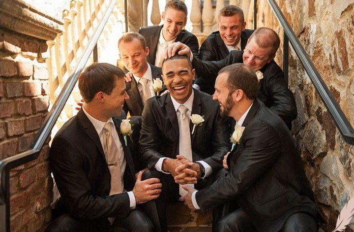 padrinos de boda con novio al centro
