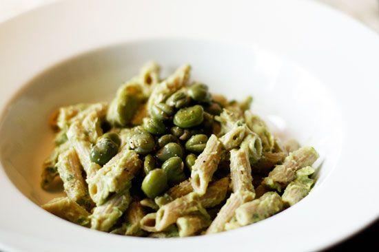 Romige avocadopasta met tuinboontjes. Een simpel vegan hoofdgerecht van pasta met avocado. Ook glutenvrij te maken.