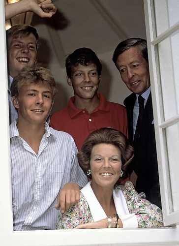 DEN HAAG: Koningin Beatrix , prins Claus en hun drie zonen poseren tijdens een…