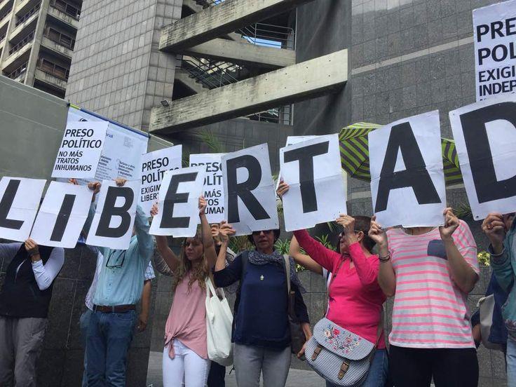 """Foro Penal reitera su lucha por la libertad de los presos políticos -  El director de Foro Penal, Alfredo Romero reiteró, durante una concentración por los presos políticos, su mensaje por la libertad y la lucha en contra de las violaciones a los derechos humanos. Precisó que """"tenemos que enseñar a las personas que lo que se está viviendo en Venezuela es algo excep... - https://notiespartano.com/2018/02/25/foro-penal-reitera-lucha-la-libertad-los-presos-politicos/"""
