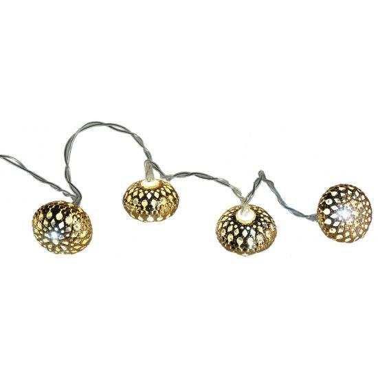 Gouden LED kerstballen aan snoer. Een snoer met 10 metalen goudkleurige bollen met warm wit LED licht. Formaat: ongeveer 2 cm per bol; snoer: ongeveer 1.25 meter. Werkt op 2 AA batterijen (niet inbegrepen). Alleen geschikt voor gebruik binnenshuis.