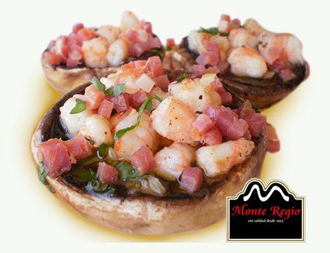 ¡Nos vamos de cañas! ¿Qué os parecen estos deliciosos champiñones rellenos de langostinos y jamón serrano #MonteRegio para acompañar el #aperitivo?