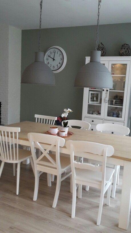 Eindresultaat eettafel witte houten stoelen industriele lampen early dew steigerhout #jotun