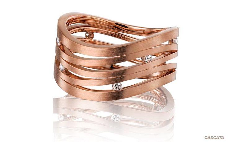 Roodgouden trouwring: een juweeltje dat de show steelt! Deze speelse roségouden ring is bezet met helderwitte briljanten.