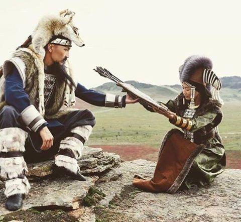 Лук – главное оружие монголов Особенности монгольского стрелкового оружия. Монгольский лук имеет обратный изгиб кибити. Это значит, что и сама кибить и концы лука особым образом изогнуты наружу. Традиционные технологии изготовления этого вида оружия номадов предусматривали применение древесины, бересты, укрепление роговыми накладками. В отличие от других луков они имели дополнительный боковой изгиб в виде накладки из кожи, дерева и рогов. Его устраивали для того, чтобы защити