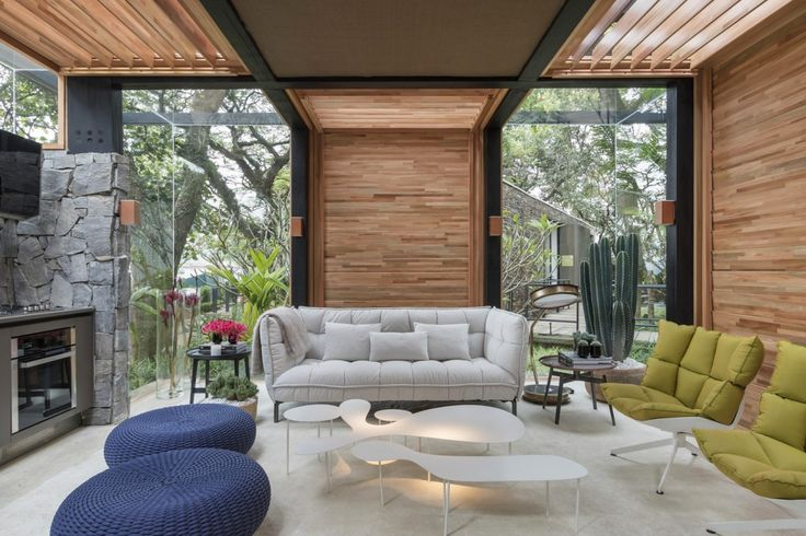 """Outro ambiente que conquistou foi a """"Casa do Bosque"""" do arquiteto David Bastos. Um ambiente lindo, sustentável e muito aconchegante, ele com certeza foi pensado e detalhado com todo cuidado, pois cada pedacinho dele tem a sua beleza e a sua função dentro do ambiente. Todo o espaço recebe luz natural e se integra com o jardim externo… o efeito é incrivel."""