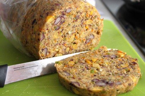 Steak végétarien Huile d'olive 1 bte de conserve pois chiches  1 boîte de conserve haricots rouges  1 oignon rouge 1 poivron vert 1 carotte 3 gousses d'ail 1 petite bte de maïs 1 tasse de flocons d'avoine 1 tasse de chapelure (ou de biscottes écrasées) 1 oeuf ou 120g de tofu soyeux 1 CS de persil (ou coriandre) 1 cc bombée sauge en poudre 1/2 cc de curcuma  1 cc de cumin  1/2 cc d'épices massalé 1 cc de paprika 1 cc de poudre de piment doux Sel et poivre