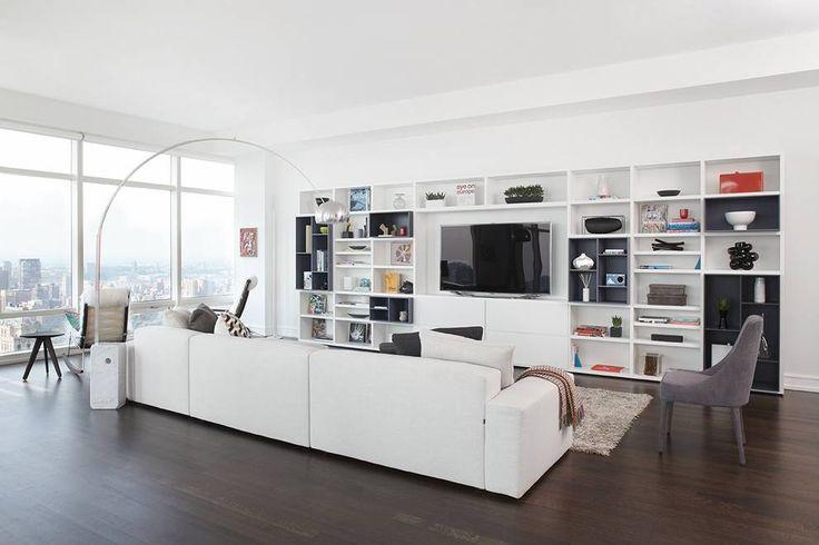 Design salotto moderno molto luminoso, grande divano, libreria in bianco e nero e pavimenti in legno - illuminazione naturale con grandi finestre