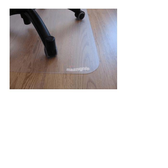 Mata Ochronna pod krzesło .Maty ochronne pod fotele i krzesła znajdują zastosowanie w miejscach, w których podłoga narażona jest na wyjątkowo uciążliwe warunki użytkowania. Jedną z częstych przyczyn powstawania zniszczeń w warstwie dekoracyjnej podłogi jest używanie foteli na kółkach. Ciągły ruch twardych kółek foteli powoduje miejscowe przetarcia, co