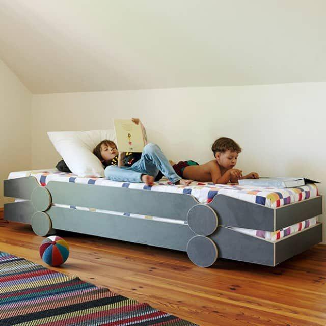 Große und kleine Rennfahrer aufgepasst. Hier kommt ein cooles Stapelbett, das durch seine Form eines Rennwagens jedes Kinderzimmer und Jugendzimmer aufpeppt. Das Bett Speedoletto eignet sich wunderbar als Gästebett für spontanen Übernachtungsbesuch und ist eine platzsparende Lösung besonders für kleine Zimmer. Die Räder ermöglichen ein einfaches Stapeln ohne dass die Betten verrutschen. Durch die offene Linienführung zwischen den Rädern kommt genügend Luft an die untere Matratze, so dass sie…