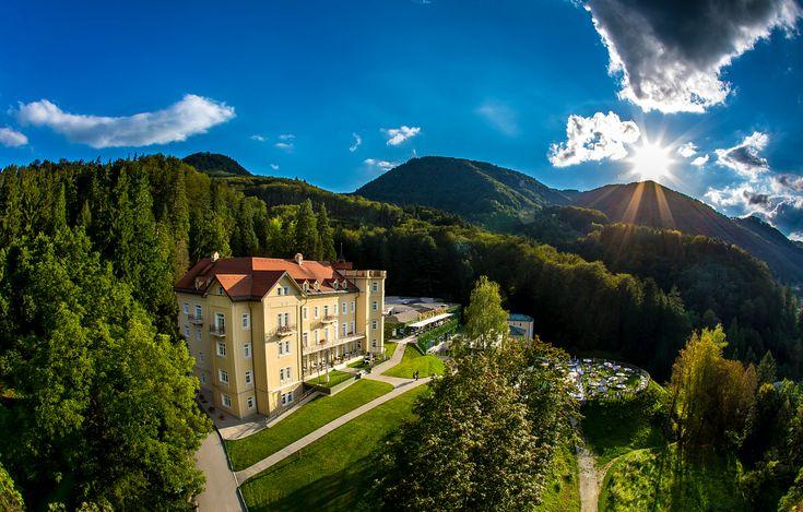 Hotel Sofijin dvor se nalazi  na uzvišenju, u netaknutoj prirodi, okružen termalnim izvorima i pešačkim stazama koje podstiču aktivan odmor i relaksaciju. Same Terme su u dolini reke Savinje u blizini mesta Rimske Toplice. #travelboutique #Slovenia #Rimsketerme #putovanje #odmor #relaksacija
