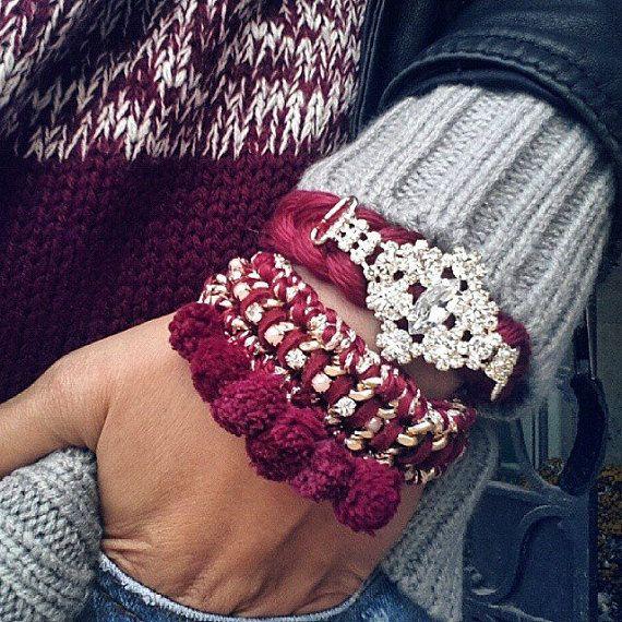 Belas pulseiras pilha Borgonha, feitas de pom pom strass pulseira do whit e correntes de ouro e trançado pulseira pingente de strass. Peça indicação bonita de jóias, naqueles dias em que você não quer usar colares, mas você ainda deseja chamar a atenção para sua jóia.  Item de Handmade.  * Dimensões: É cerca de 5,5 polegadas - 9,5 polegadas (14-24 cm) de comprimento.  * Materiais utilizados: - Algodão - Poms algodão do pom - Prata banhado a tag logotipo - Cadeia de alumínio de cor dourada…