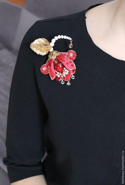 Купить или заказать Брошь B2016-7 'Аленький цветочек' в интернет-магазине на Ярмарке Мастеров. Брошь в виде цветка вышита шелковыми нитками, бисером, пайетками, канителью. Украшена кристаллами и бусинами Сваровски, речным жемчугом. Вышивка листика выполнена с двух сторон. Обратная сторона из шелкового бархата Размер броши 8,5 x 6,5 см. ________________________ Брошь уникальна, повтор невозможен!
