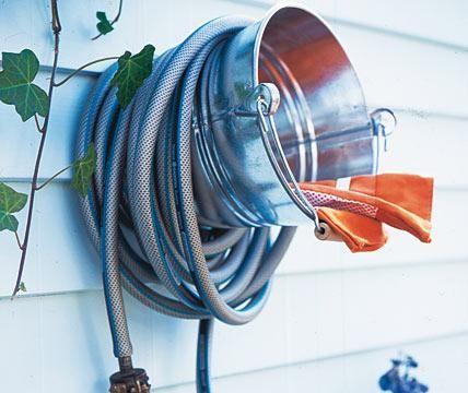 Gartendeko - kreative Deko für Balkon und Garten: Halterung für den Gartenschlauch - [LIVING AT HOME]