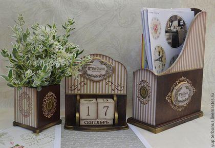 Купить или заказать Канцелярский набор 'Шармель' в интернет-магазине на Ярмарке Мастеров. Работа из коллекции 'Шармель' www.livemaster.ru/yupiterbonus?cid=422289&clb=1&sort=&sorder= Стильный и благородный набор, состоящий из журнальницы (накопителя для бумаг) и карандашницы. Изысканное сочетание темного дерева и полосок, накладные и объемные элементы, небольшой налёт золотого воска на выступающих частях. Набор подойдет как в мужской кабинет, так и в женский.