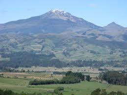 Attività preoccupante del vulcano Chiles, tra Colombia e Ecuador. Il livello di allerta è stato alzato ad arancione, solo lo scorso Giugno era arrivato a giallo ma, da qual momento l'attività sismica ha avuto un leggero calo per poi riprendere con maggior frequenza di prima. La scossa più forte ha raggiunto la magnitudo 5.8 ad una profondità ipocentrale di 10 chilometri, che la relaziona con un'alta probabilità di attività magmatica. La montagna sta mostrando anche un gonfiore sul fianco est