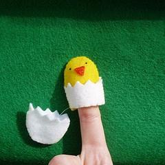 Hatching Chick finger puppet.      http://pintrestchallenge.blogspot.com/2012/03/chick-finger-puppet.html