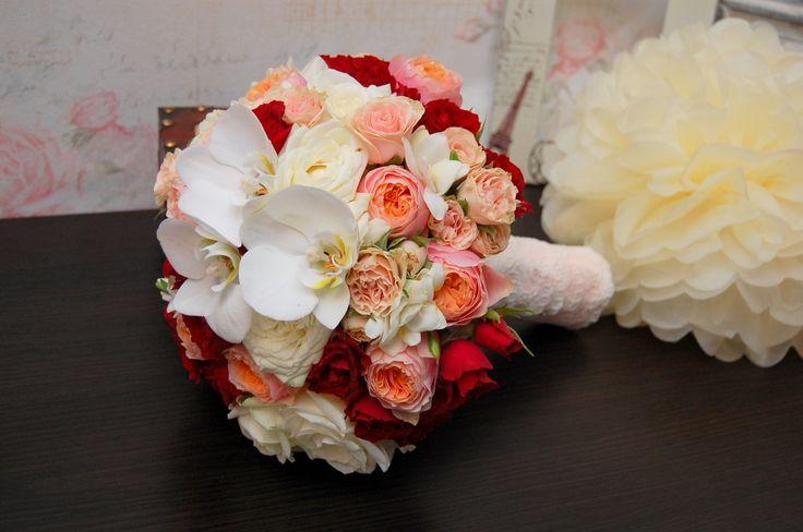 Buchet mireasa din trandafiri, miniroze, frezii si orhidee