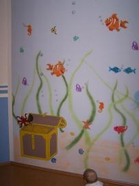 Gemalte Unterwasserwelt im Kinderzimmer mit Fischen und Schatztruhe von der Fink Malermeister e.K. in Dietzenbach (63128) | Maler.org