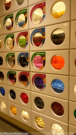 Mur LEGO Store   More here! http://lamaisonmusee.com/