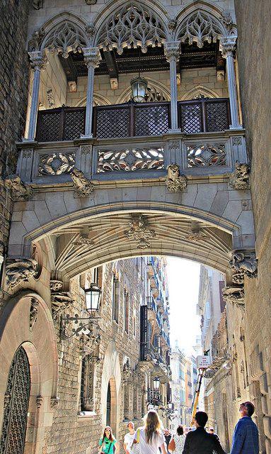 Carrer del Bisbe, Barrio Gótico de #Barcelona http://www.viajarabarcelona.org/distritos-de-barcelona/distrito-de-ciutat-vella-en-barcelona/ #turismo #Catalunya