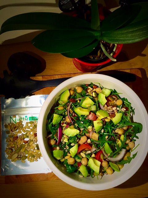 Du kan också ha våra nötter och frön i din salad! Blev en sen dag på office idag och vår kollega gjorde sallad åt oss alla och blandade i Nuttiz egna nötter och frön