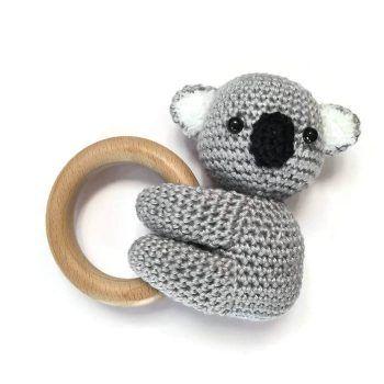 Haakpatroon Koala Bijtring - Een Nederlands haakpatroon van een bijtring waar een koala aan hangt. Wil jij deze koala bijtring ook haken? Lees dan verder.