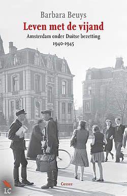 """Boek """"Leven met de vijand"""" van Barbara Beuys   ISBN: 9789059363977, verschenen: 2013, aantal paginas: 368 #BarbaraBeuys #LevenMetDeVijand #Geschiedenis - Duitse soldaten vallen op 10 mei 1940 het Koninkrijk der Nederlanden aan en bereiken op 15 mei Amsterdam. Het alledaagse leven met de vijand zet de liberale houding van de Nederlanders zwaar onder druk. Hoe kan je trouw blijven aan je principes in een klimaat van angst, omkoperij en terreur? Welke rol speelden de NSB en het verzet?"""